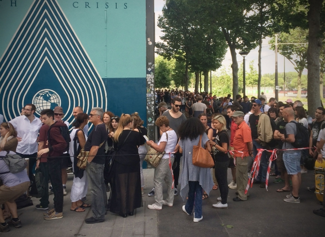 Shepard Fairey - opening queue at Earth Crisis exhibition in Paris, Sommer 2016